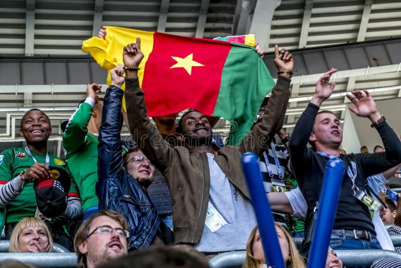 Las fans en el partido del Camerún y de Australia en el Confedera imagen de archivo