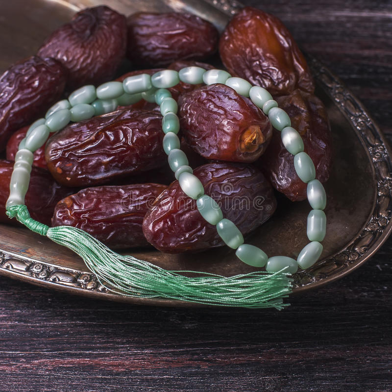 Las fechas todavía dan fruto y la vida del rosario, en un fondo de madera oscuro Concepto de la comida del Ramadán imágenes de archivo libres de regalías