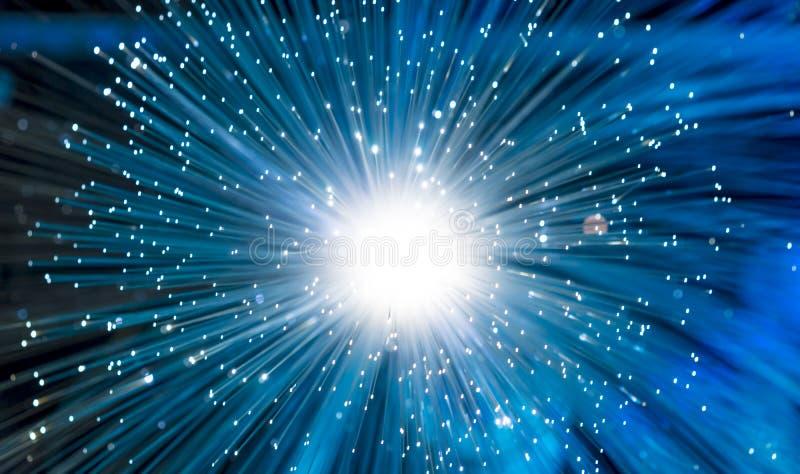 las fibras ópticas del resplandor, fibra roscan para el communi ultrarrápido de Internet imagenes de archivo