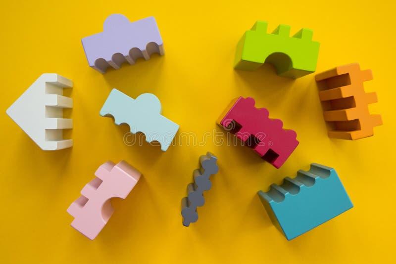 Las figuras de diversos colores en un fondo amarillo, imagen plana imagen de archivo