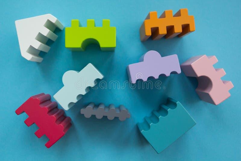 Las figuras de diversos colores en un fondo azul imagen de archivo
