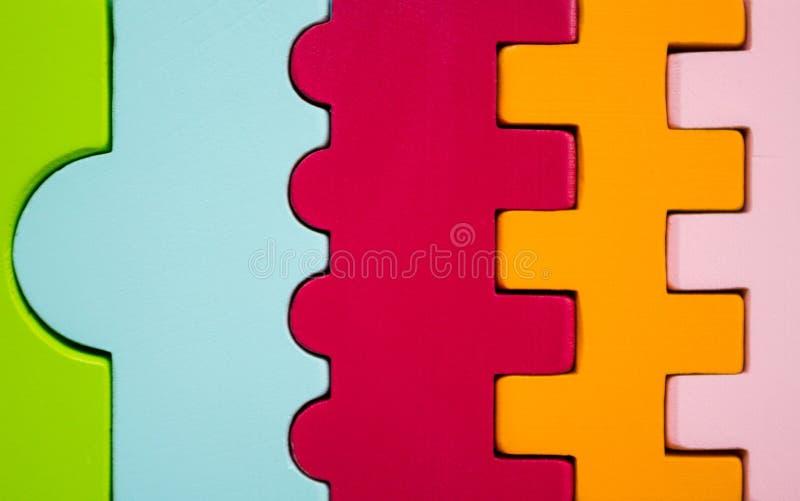 Las figuras de diversos colores y formas enlazaron juntas fotografía de archivo