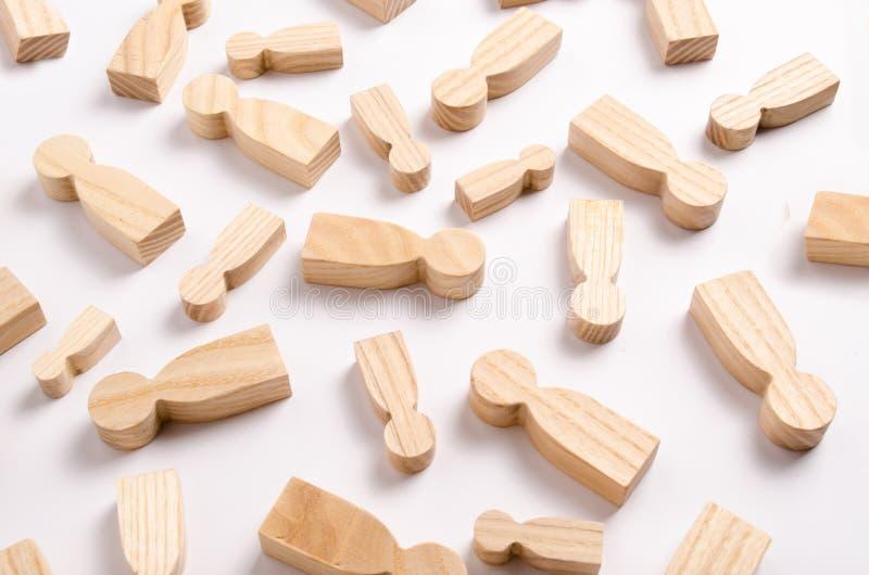 Las figuras de madera de la gente están mintiendo en un fondo blanco imagenes de archivo