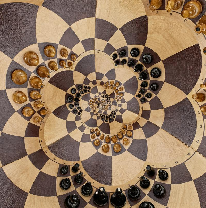 Las figuras negras blancas de ajedrez del escritorio de madera abstracto del tablero ajustan efecto surrealista espiral de la for stock de ilustración