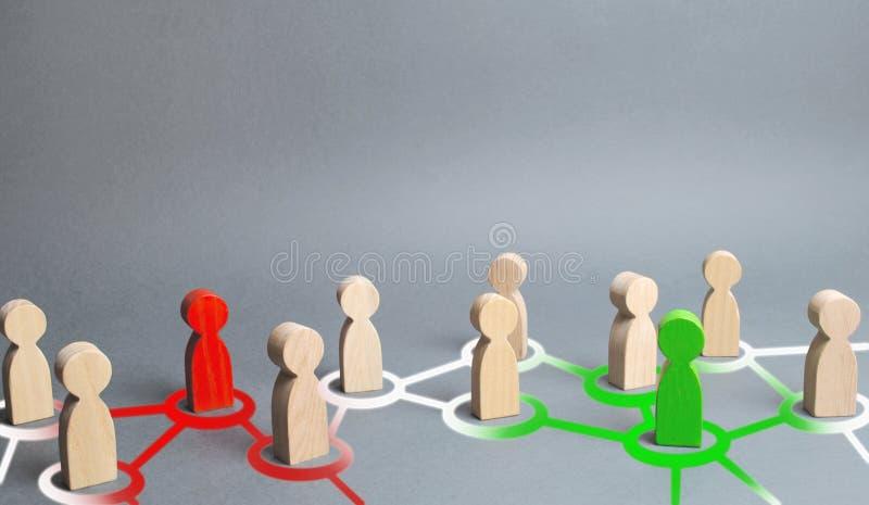 las figuras rojas y verdes de la gente influencian en su gente de los alrededores a través de la comunicación y de redes sociales fotografía de archivo libre de regalías