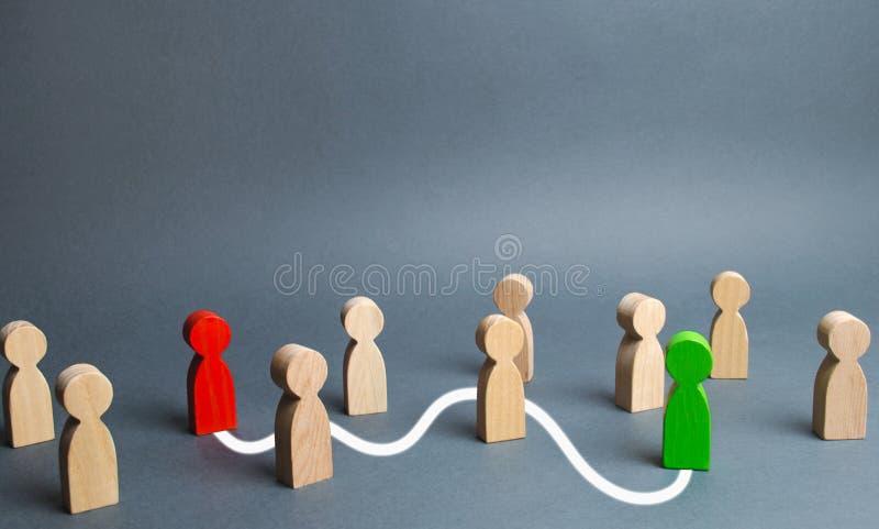 Las figuras rojas y verdes son conectadas por una línea blanca que pasa a través de la muchedumbre Comunicación entre la gente, b foto de archivo