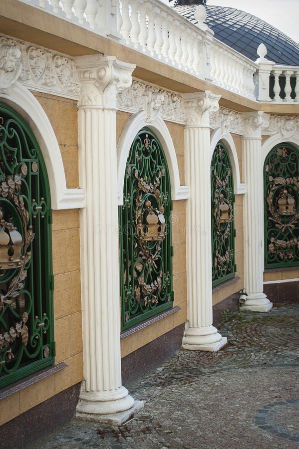 Las filas de columnas clásicas con el pórtico fotos de archivo libres de regalías