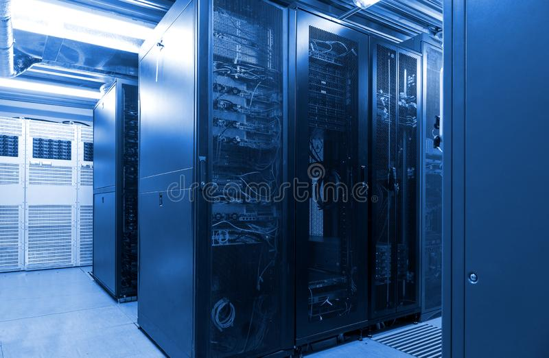 Las filas paralelas conectaron los servidores y la infraestructura del cable de Internet en datacenter grande imagen de archivo