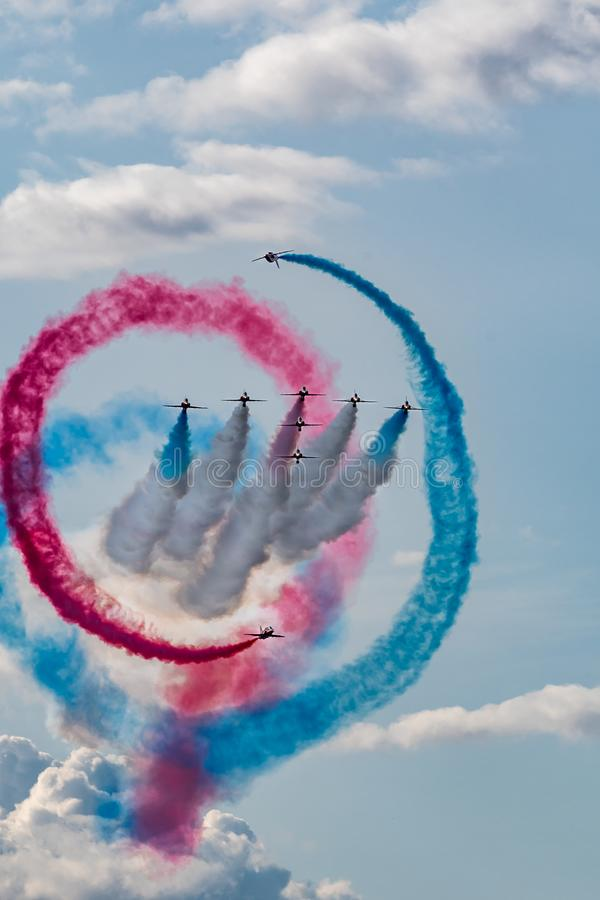 Las flechas rojas exhiben las alas y las ruedas 2018 de la formación imágenes de archivo libres de regalías