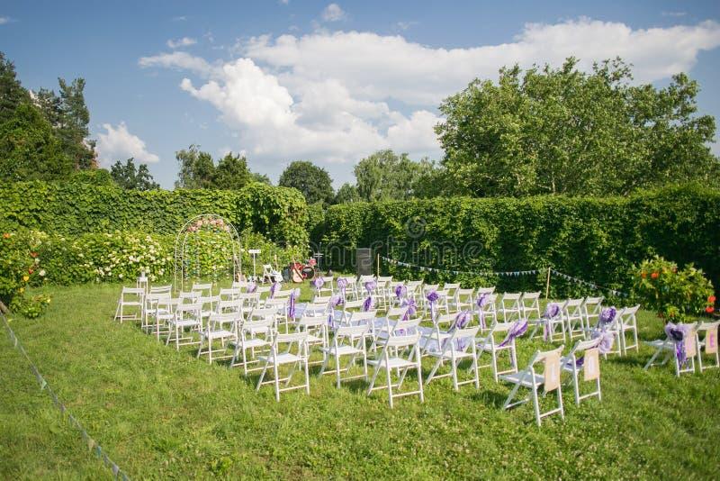 Las flores adornan el arco de la boda fotografía de archivo libre de regalías