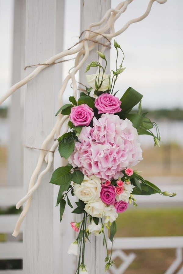 Las flores adornan una boda hermosa fotos de archivo libres de regalías