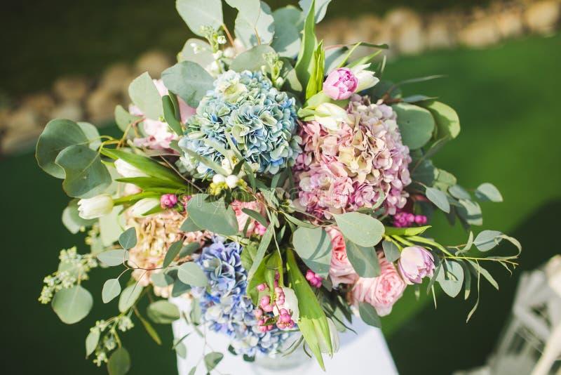 Las flores adornan una boda hermosa fotos de archivo