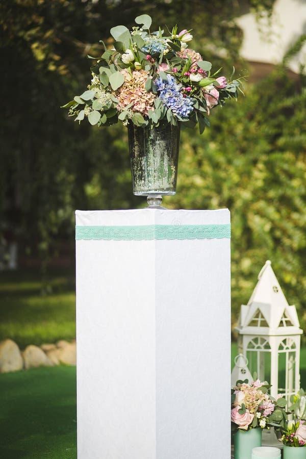 Las flores adornan una boda hermosa foto de archivo