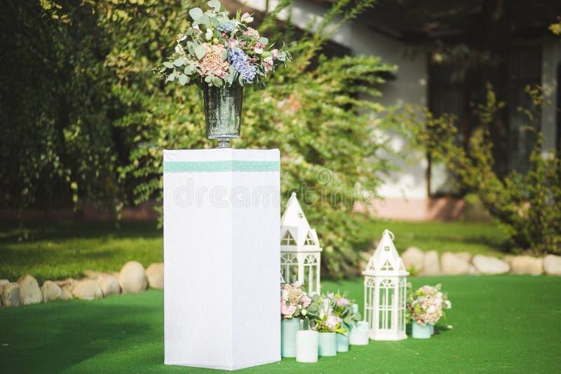 Las flores adornan una boda hermosa imagen de archivo libre de regalías