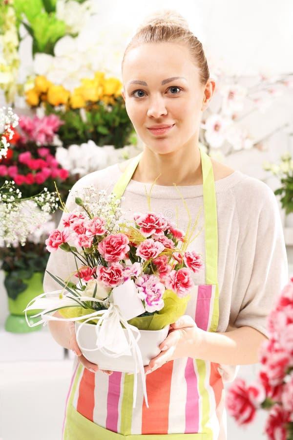 Las flores de corte hermosas, florista arreglan relevo fotografía de archivo