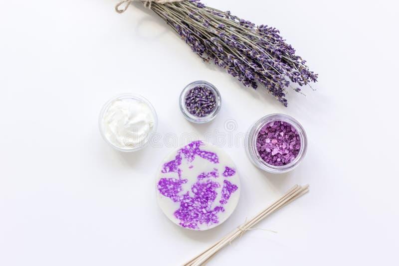 Las flores de la lavanda en cosmético orgánico fijaron en la maqueta blanca de la opinión superior del fondo fotos de archivo