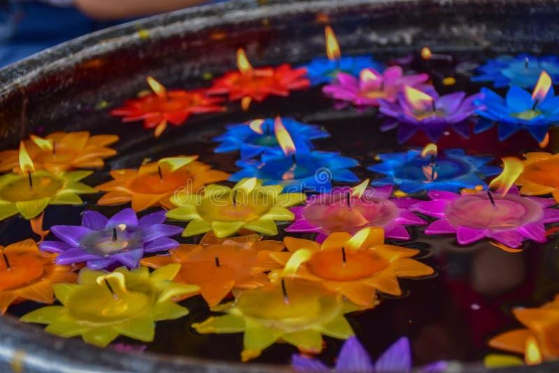 Las flores de Lotus se hacen de las velas para el agua flotante imagen de archivo