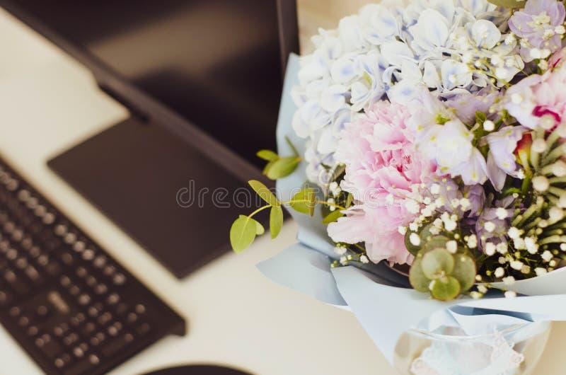 Las flores donadas están en la mesa peonies imagenes de archivo