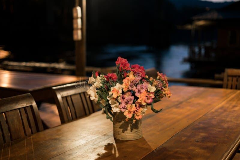 Las flores en la tabla fotografía de archivo