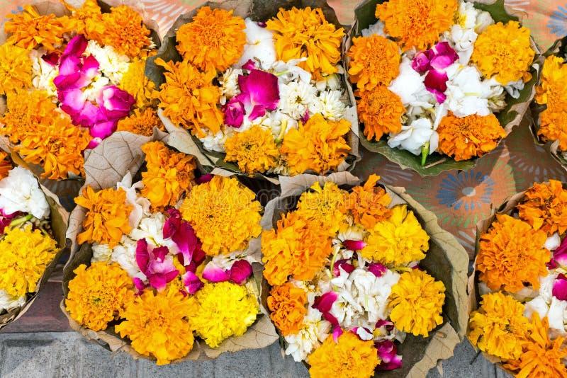 Las flores en plátano se van listo para un puja en la India foto de archivo