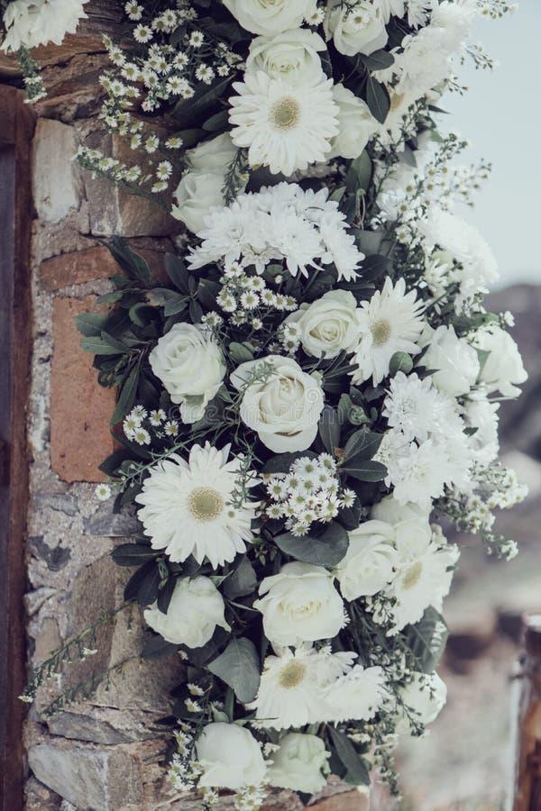 Las flores que se casan blancas adornan una pared foto de archivo libre de regalías