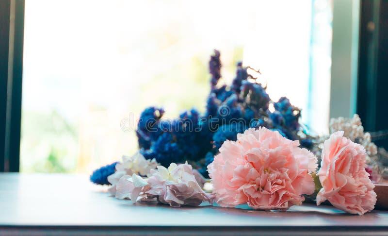Las flores secadas, tiraron en una cafetería foto de archivo