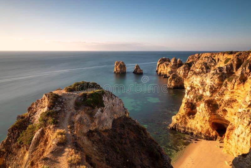 Las formaciones de roca en Ponta DA Piedade por la mañana se encienden foto de archivo