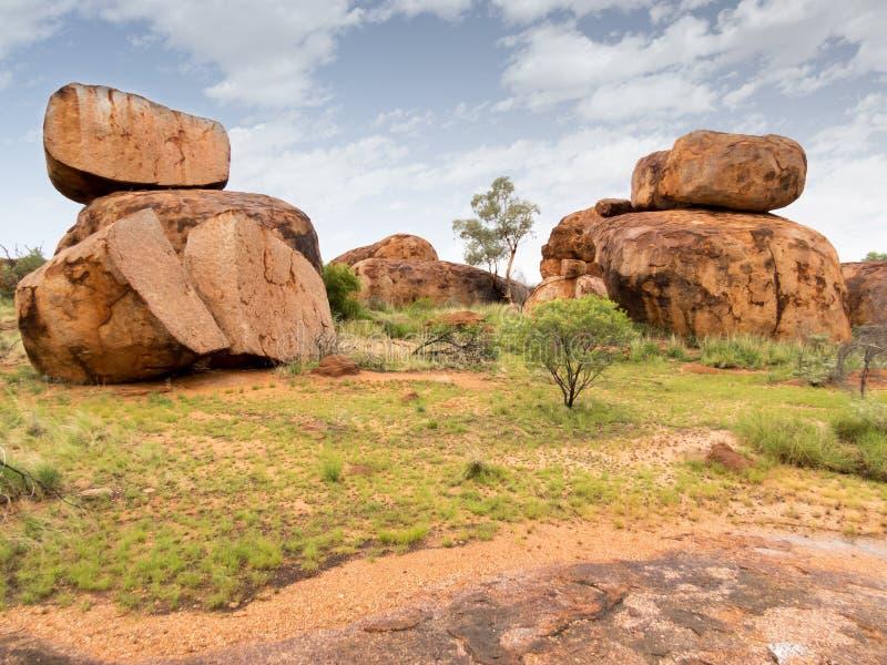 Las formaciones de roca grandes en Karlu Karlu, diablos vetean Australia foto de archivo libre de regalías