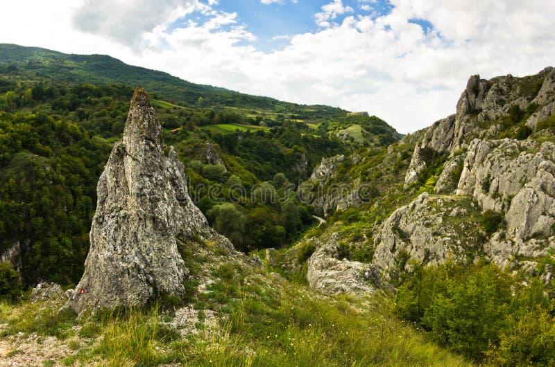 Las formaciones de roca naturales en Jelasnica gorge en la tarde nublada del otoño fotos de archivo libres de regalías