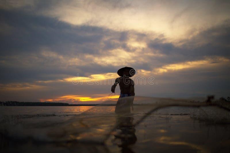 Las formas de vida de pescadores están pescando para coger pescados en el lago foto de archivo libre de regalías