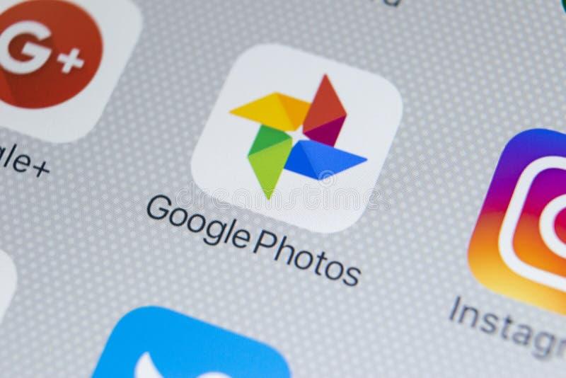 Las fotos de Google más icono del uso en el iPhone X de Apple defienden el primer Google más icono de las fotos Uso de las fotos  fotografía de archivo