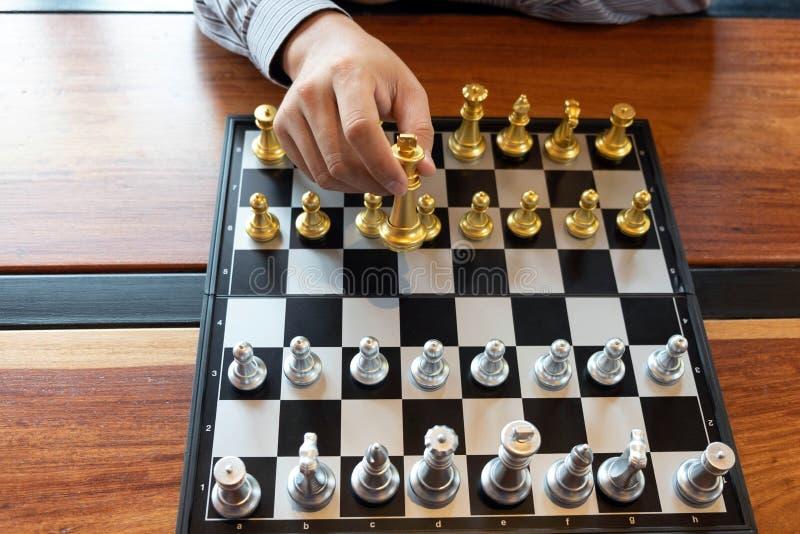Las fotos del primer de las manos del jaque mate en un tablero de ajedrez durante un juego de ajedrez el concepto de estrategia d ilustración del vector