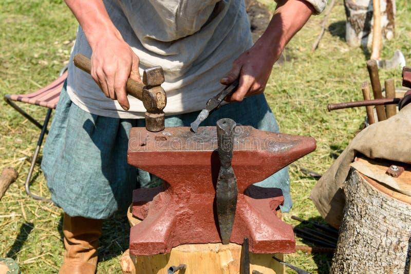 Las fraguas del forjador en el yunque fotografía de archivo libre de regalías