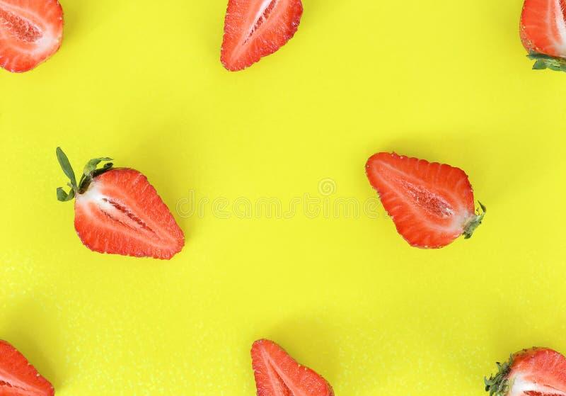 Las fresas modelan cercano para arriba Modelo brillante del corte fresco en medias fresas en fondo Visi?n superior, endecha plana imagen de archivo