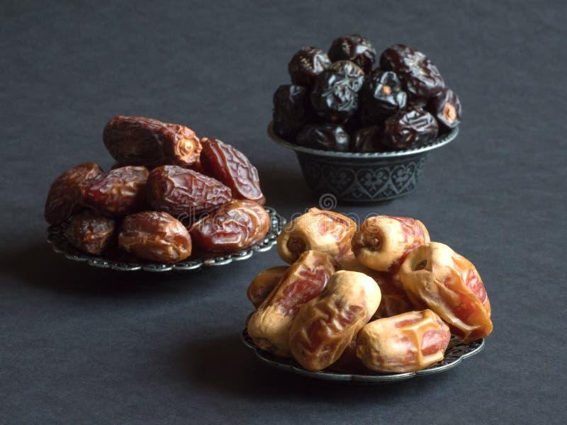 Las frutas de las fechas del saudí se presentan en una tabla oscura fotos de archivo