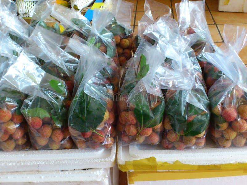 Las frutas del lichi embalaron con las hojas, mercado del asiático de la calle foto de archivo