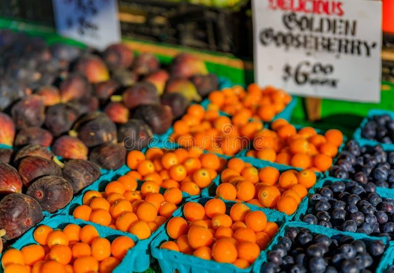 Las frutas frescas como la grosella espinosa, higos y arándanos en venta en una parada en Pike ponen el mercado en Seattle, Washi fotografía de archivo libre de regalías