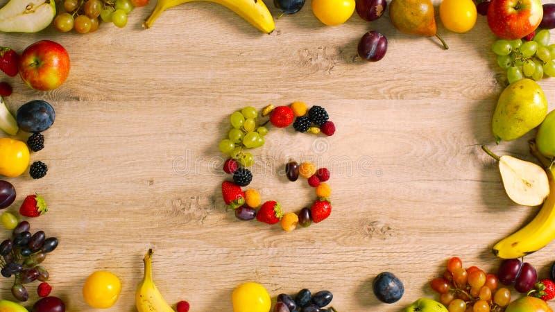 Las frutas hicieron la letra G imagen de archivo libre de regalías