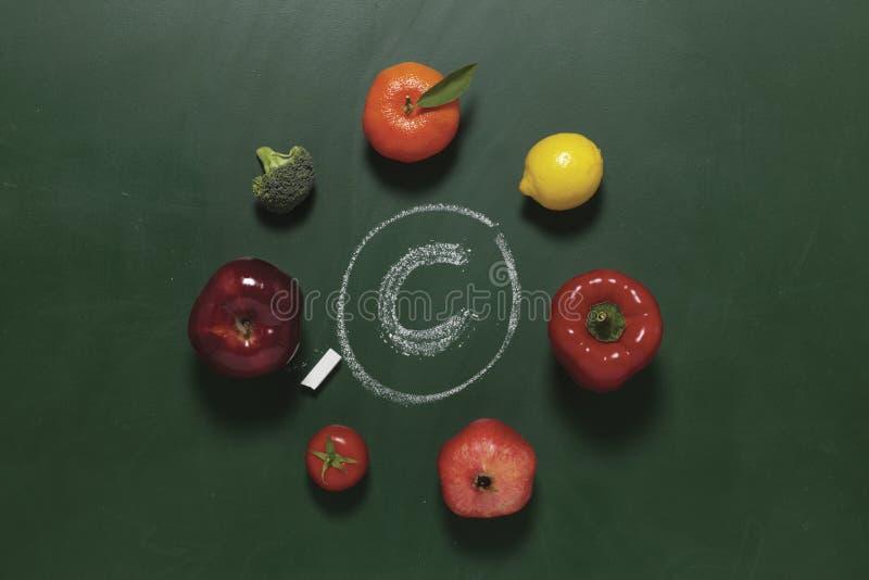 Las frutas y verdura contienen vitamina C imágenes de archivo libres de regalías