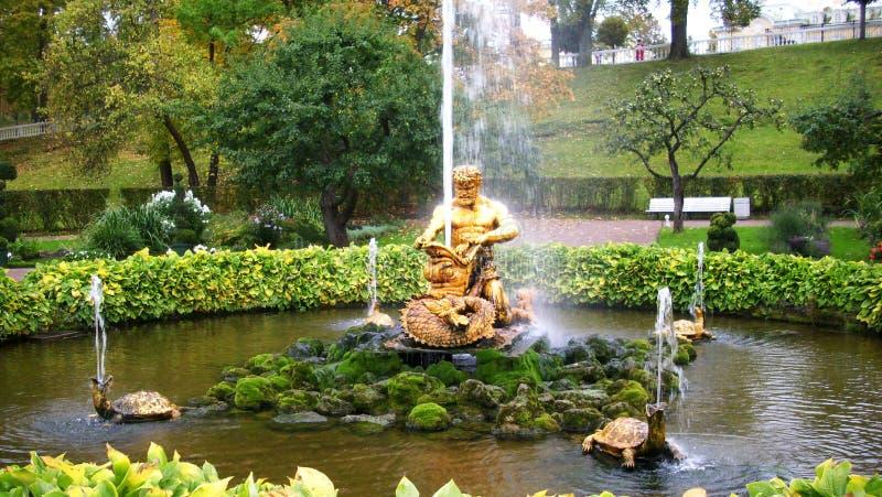 Las fuentes de Peterhof imagen de archivo libre de regalías