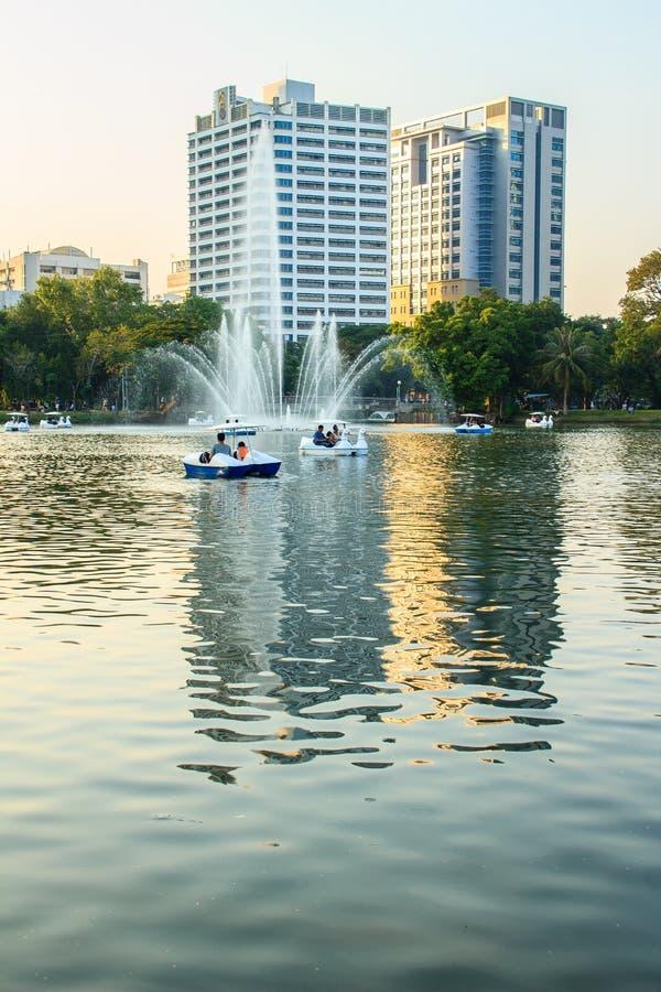 Las fuentes hermosas en el lago en Lumpini parquean, Bangkok Thailan fotos de archivo