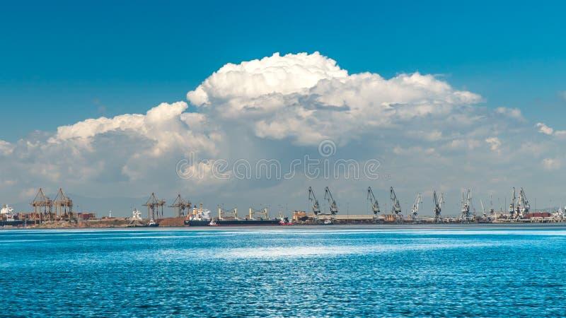 : las fuertes lluvias se están acercando a la ciudad el puerto y el área industrial fotos de archivo
