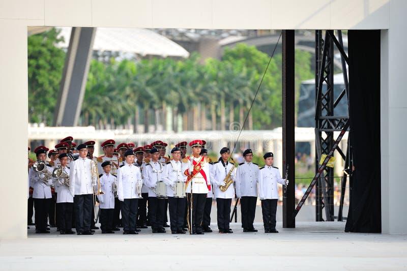 Las fuerzas armadas de arma de Singapur (SAF) congriegan la ejecución durante el ensayo 2013 del desfile del día nacional (NDP) fotografía de archivo