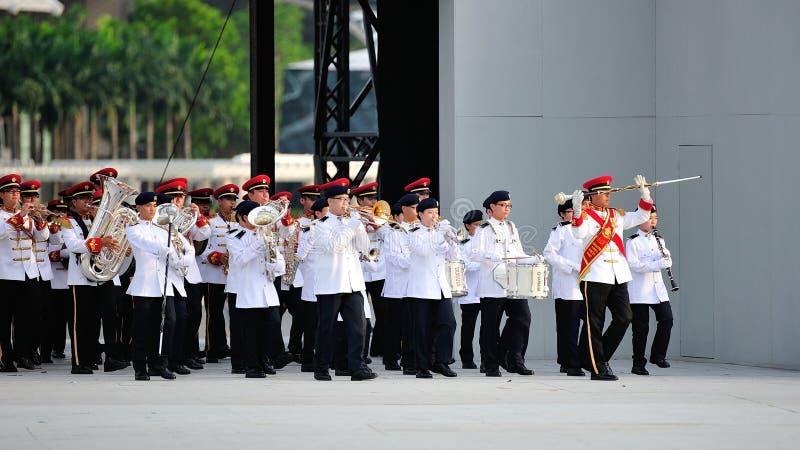 Las fuerzas armadas de arma de Singapur (SAF) congriegan la ejecución durante el ensayo 2013 del desfile del día nacional (NDP) fotos de archivo