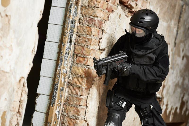 Las fuerzas especiales armaron con la ametralladora lista para atacar imagenes de archivo