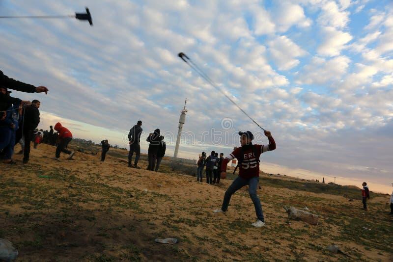 Las fuerzas israelíes intervienen en palestinos durante las demostraciones cerca de la frontera de Gaza-Israel, en la Franja de G fotografía de archivo