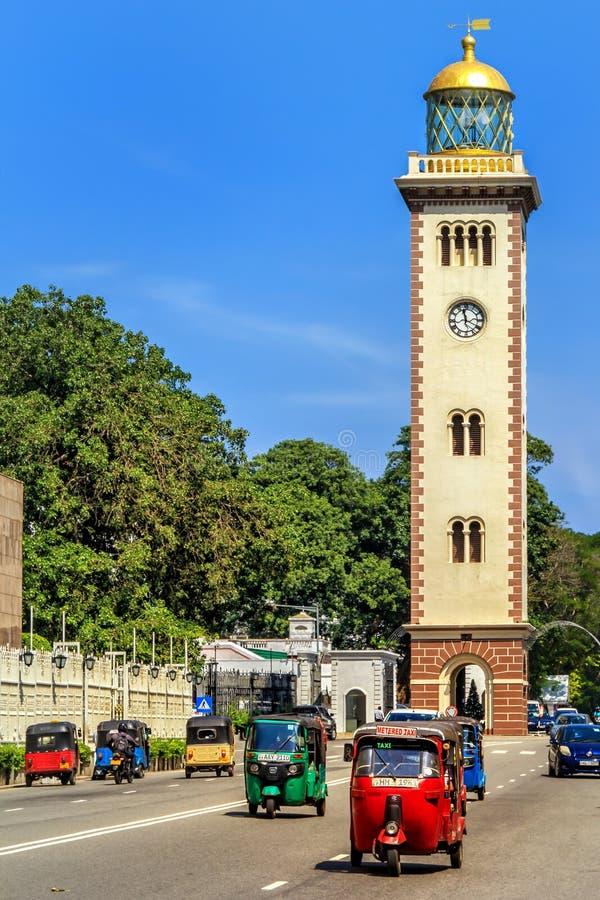 Las funciones de edificio históricas del faro como una torre de reloj situada en el área del fuerte foto de archivo