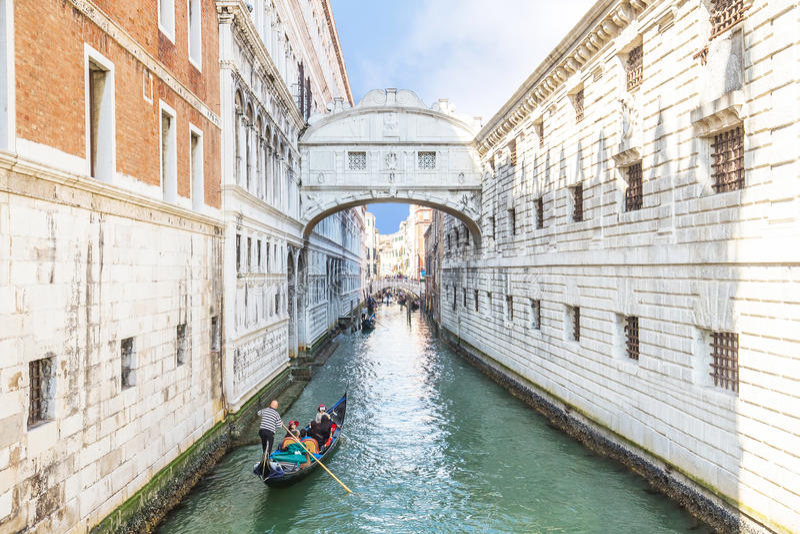 Las góndolas están pasando sobre el puente de suspiros en Venecia, Italia fotos de archivo libres de regalías
