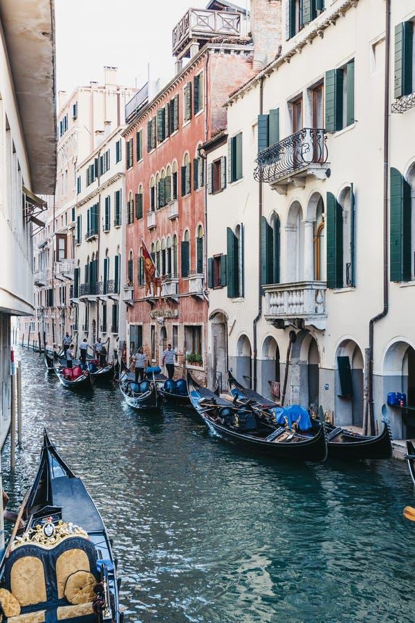Las góndolas vacías amarraron en un canal estrecho en Venecia, Italia imagenes de archivo