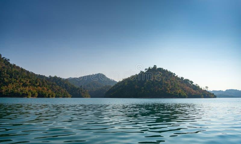 Las, góra, rzeka i niebieskie niebo, zdjęcia stock